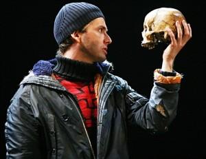 """David Tennant """"Hamlet"""" (2008) avec le crâne de André"""